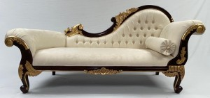 1 1 A LARGE HAMPSHIRE CHAISE LONGUE IN MAHOGANY FRAME W GOLD DETAILING WITH IVORY CREAM FABRIC